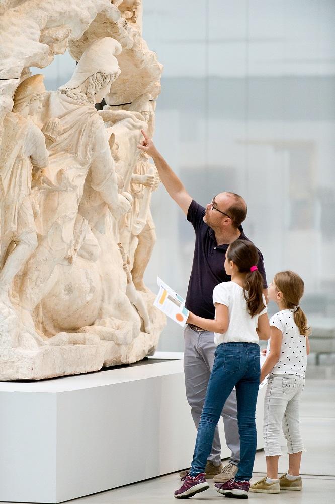 La galerie du temps avec un père et ses filles dans la galerie du temps