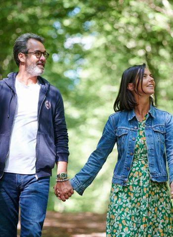 Couple marchant en forêt