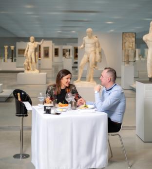 Couple installé pour diner dans la Galerie du temps du Louvre-Lens dans le cadre du jeu concours Table d'exception