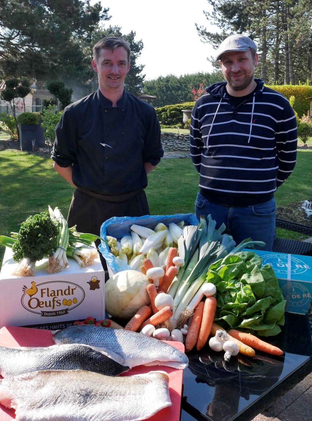 Christophe chef du Lensotel avec son marchand de fruits et légumes